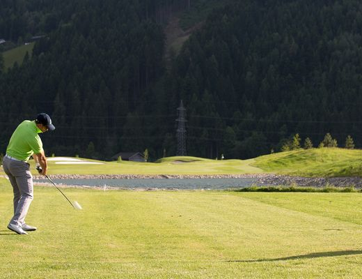 [Translate to en:] Golfer am Golfplatz Uderns im Zillertal