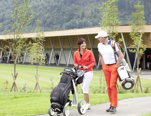 [Translate to en:] Paar mit Golfausrüstung am Golfplatz Uderns/Zillertal