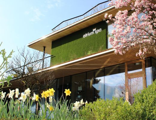 [Translate to en:] Gartenhotel Crystal atrium Spa im Frühling